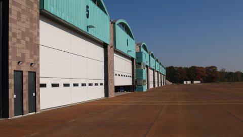 Portes sectionelles de hangar - Base de l'armée - Protec Industrial Doors