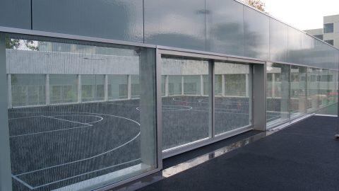 Portes vitrées menant à une aire sportive sur le campus Hoogvliet - Belles portes en verre